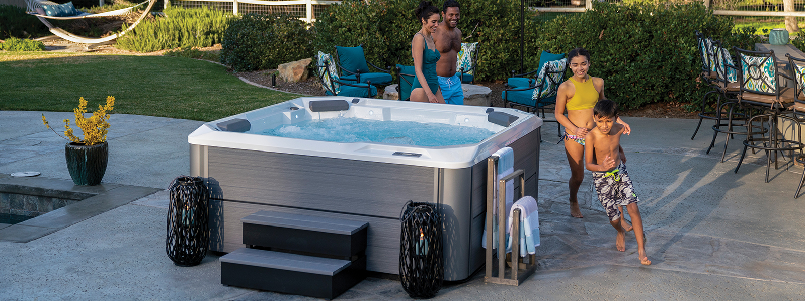 hot_spring_hot_spot_relay_2020_alpinewhite_storm_lifestyle_family_afternoon_03_1600x598_eh6q7k
