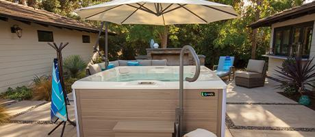 hotspring_limelight_2018_pulse_alpinewhite_sable_lifestyle_group_accessories_ucjxis